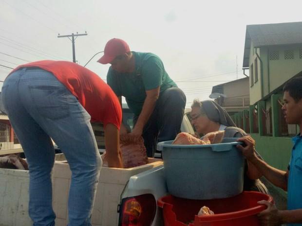 Carnes foram doadas para entidades em Cruzeiro do Sul. Dois homens foram detidos e liberados após assinatura de termo de ocorrência.