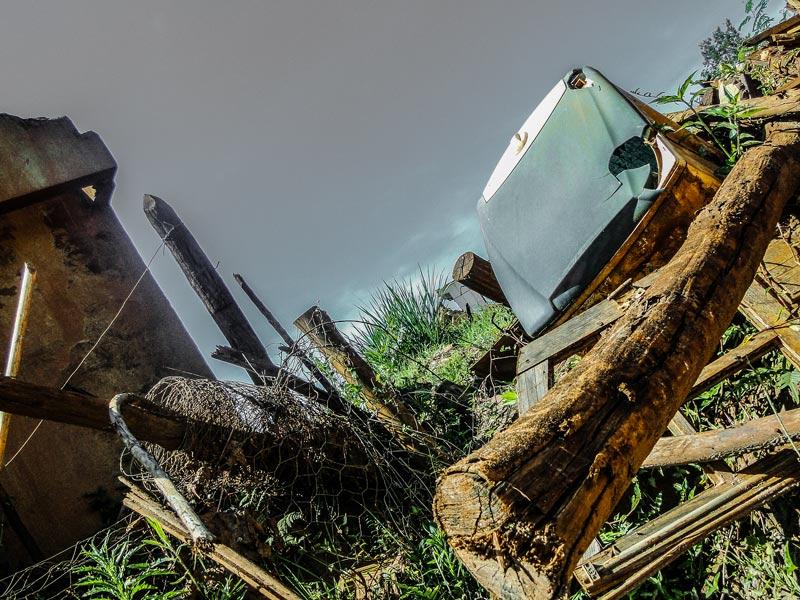 Destroços em Bento Rodrigues expõem a tragédia da barragem da Samarco, há mais de um ano. Foto: Flávio Ribeiro/VERTICES