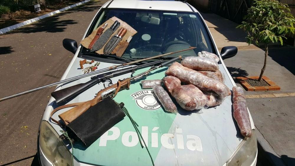 Polícia Ambiental apreendeu armas e carne de capivara em Pederneiras (Foto: Polícia Ambiental/Divulgação)